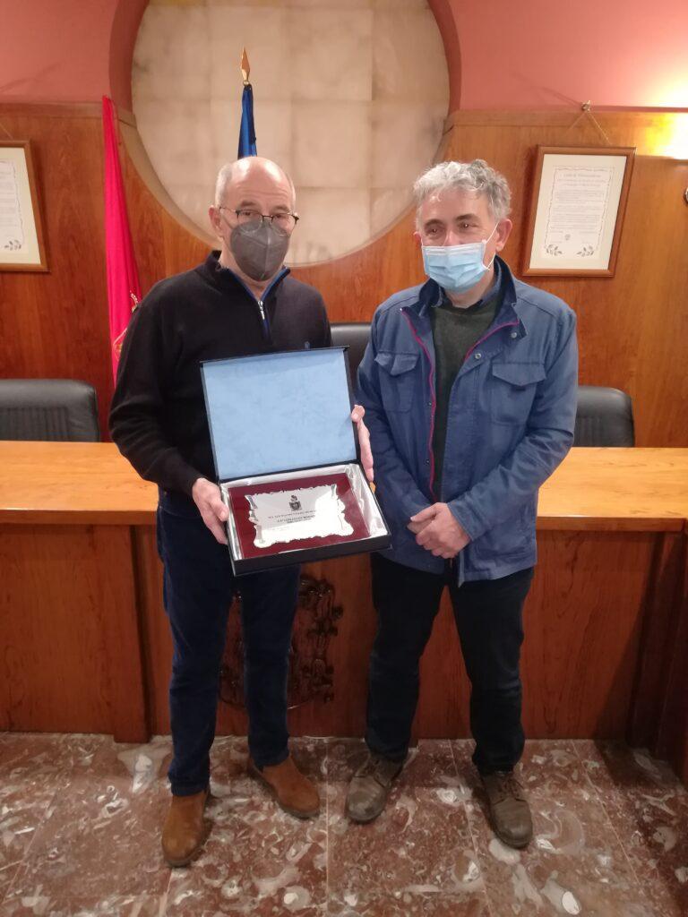 De izquierda a derecha; Luis Sancho (Alcalde) y Luis Lucas (Bibliotecario)