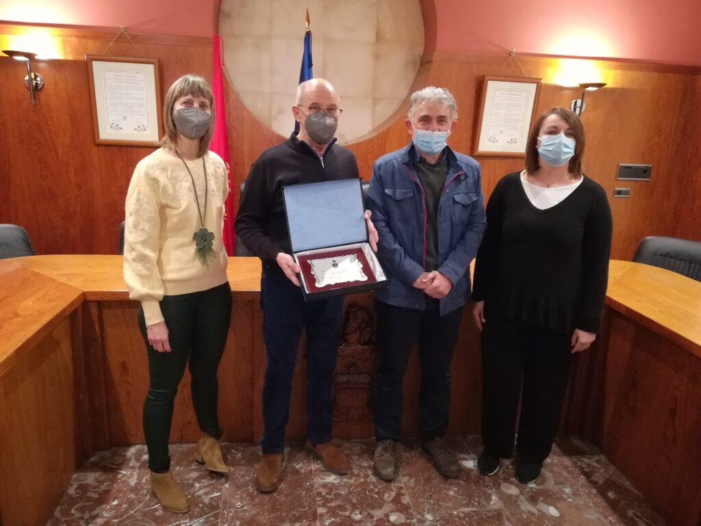 De izquierda a derecha; Marian Urtasun (Concejala), Luis Sancho (Alcalde), Luis Lucas (Bibliotecario) y Lara Bartos (Concejala)